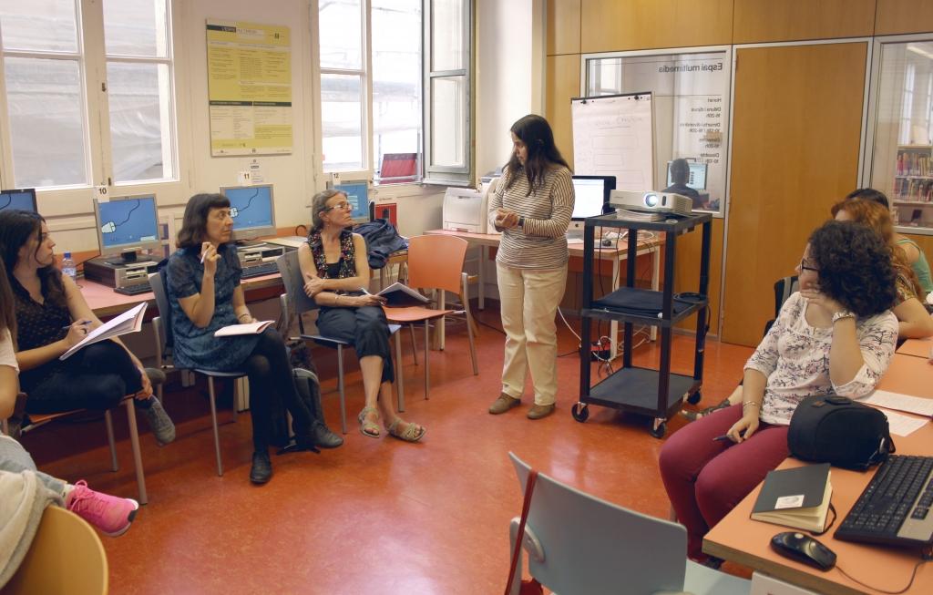 La Laia, d'Amical Wikimedia, resol dubtes en una de les tres jornades de formació que hi ha hagut. Imatge: Blanca Alvarez ©